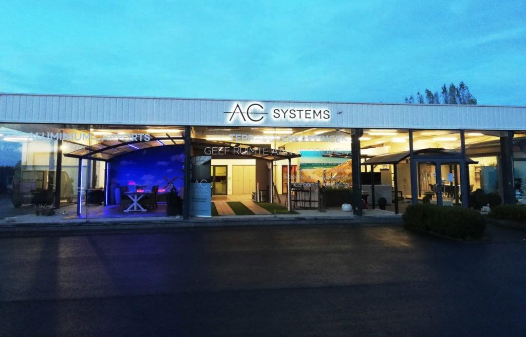 Showroom AC Systems au crépuscule
